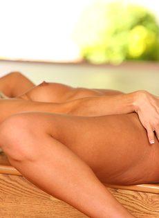 Обнаженная блондиночка с маленькими сиськами - фото #