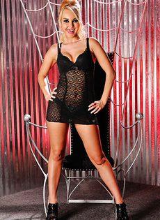 Сексапильная блондинка Aaliyah Love растягивает половые губки - фото #