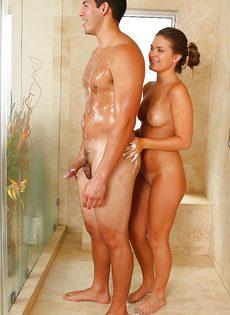 В ванной потрясающая девчонка расслабила своего паренька - фото #