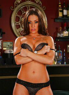 В ресторане замечательная брюнетка демонстрирует голенькое тело - фото #