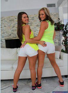 Очаровательные подружки продемонстрировали горячие дырочки - фото #