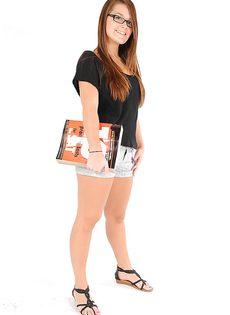 Восемнадцатилетняя девчонка позирует совершенно обнаженной - фото #