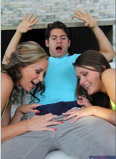 В порядке очереди трахает сексапильных девчонок - фото #