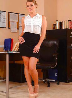 Эротика в офисе от умопомрачительной брюнетки - фото #