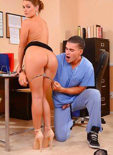 Девчонке Abby Cross вставили крепкий пенис во влагалище в офисе - фото #