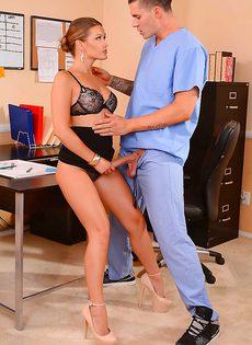 Секретарша Abby Cross трахнулась в офисе с парнем - фото #