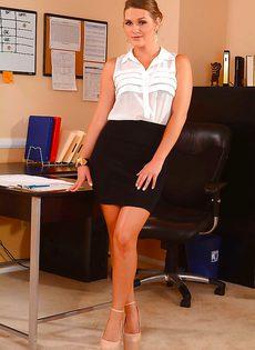 Сексапильная офисная брюнетка Abby Cross - фото #