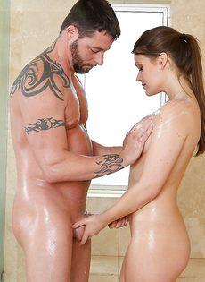 В ванной комнате удовлетворяет своего любимого - фото #
