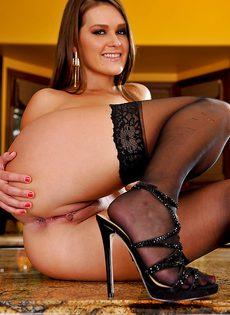 Девица с шикарной задницей демонстрирует свои щели - фото #