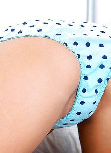 Молоденькая девица любит позировать совершенно голой - фото #