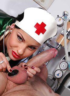 Развратную медсестру отперли большим членом в палате - фото #