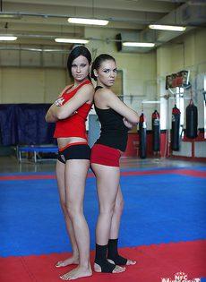 Девушки удовлетворили друг дружку на ринге - фото #