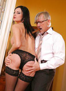 Богатый мужик вызвал к себе очень дорогую шлюшку - фото #