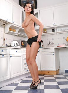 Симпатичная куколка на кухне показывает классную задницу - фото #