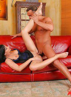 Горячо дерет темноволосую подружку на диванчике - фото #