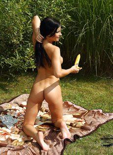 На природе девчонка мастурбирует длинным огурцом - фото #