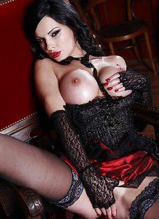 Грудастая брюнетка Abbie Cat у рваных чулочках - фото #