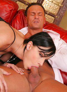 Красавица Abbie Cat медленно заглатывает пенис в рот - фото #