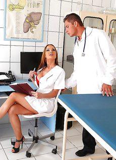 Трах в больничной палате с сексапильной медсестрой - фото #