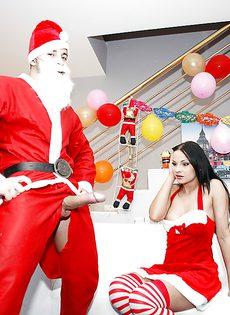 Парень в костюме Санта Клауса трахнул сиськастую брюнетку - фото #