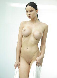 Секс фото девушки с большой грудью в душевой комнате - фото #3