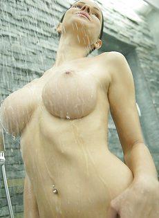 Секс фото девушки с большой грудью в душевой комнате - фото #11
