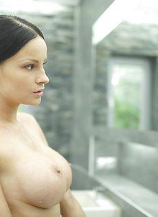 Секс фото девушки с большой грудью в душевой комнате - фото #15