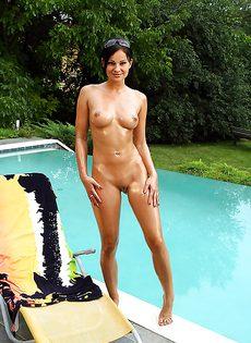 Сняла купальник и продемонстрировала промежность - фото #