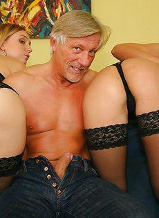 Похотливые молодушки накинулись на крепкий член мужчины - фото #