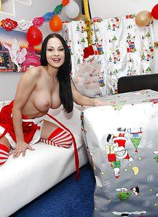 Эротическая фото сессия грудастой красотки перед Новым годом - фото #
