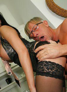 Зрелый мужик долбит красавицу в анальное отверстие - фото #