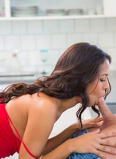 Горячий и страстный минет в исполнении латиноамериканской девушки - фото #1