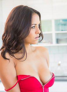Очаровательная латинка вывалила свою прекрасную упругую грудь - фото #