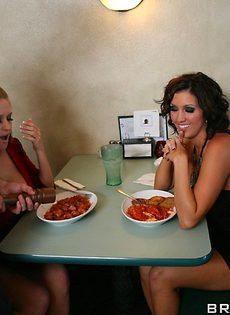 Сучки удовлетворили официанта прямо в ресторане - фото #