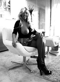 Женщина Сандра Оттерсон любит вываливать напоказ большую грудь - фото #
