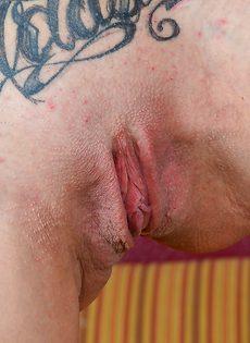 Показывает вагину крупным планом татуированная развратница - фото #