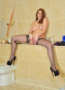 В ванной комнате прелестная бабенка разделась и пошалила - фото #