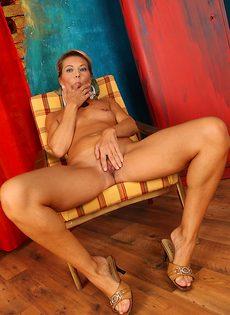 Бабенка вспоминает молодость с помощью мастурбации - фото #