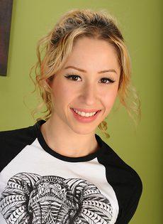 Восемнадцатилетняя девица Goldie Locc с крошечными сиськами - фото #