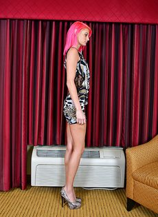 Миниатюрная татуированная девица с розовыми волосами - фото #