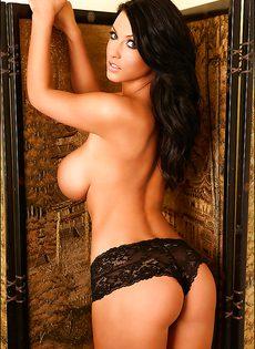 Классная брюнетка с очень большими дойками в черных трусиках - фото #