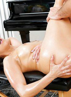 Офигенный половой акт с азиатской намасленной красоткой - фото #