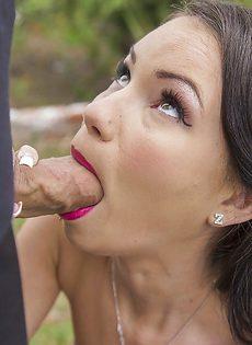Сексапильная брюнетка с упругой грудью отполировала половой член - фото #