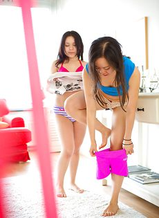 Молоденькие азиатки снимают одежду с друг дружки - фото #