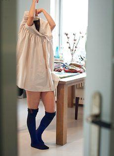 Молоденькая девица с маленькими сиськами и попочкой раздевается - фото #