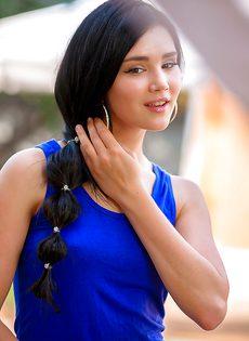 Замечательная брюнетка снимает с себя платье синего цвета - фото #