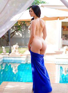 Замечательная брюнетка снимает с себя платье синего цвета - фото #7