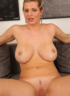 Женщина с огромными буферами влагалище стимулирует - фото #