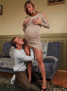 Беременная блондинка Рита расставляет ножки перед пареньком - фото #