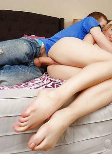 Перед сексом блондинка села киской на лицо молодого друга - фото #